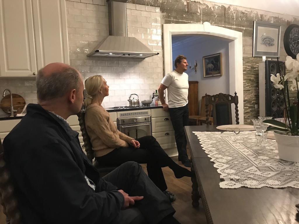Sven Ruin lyssnar på Jannes och Annelies presentation